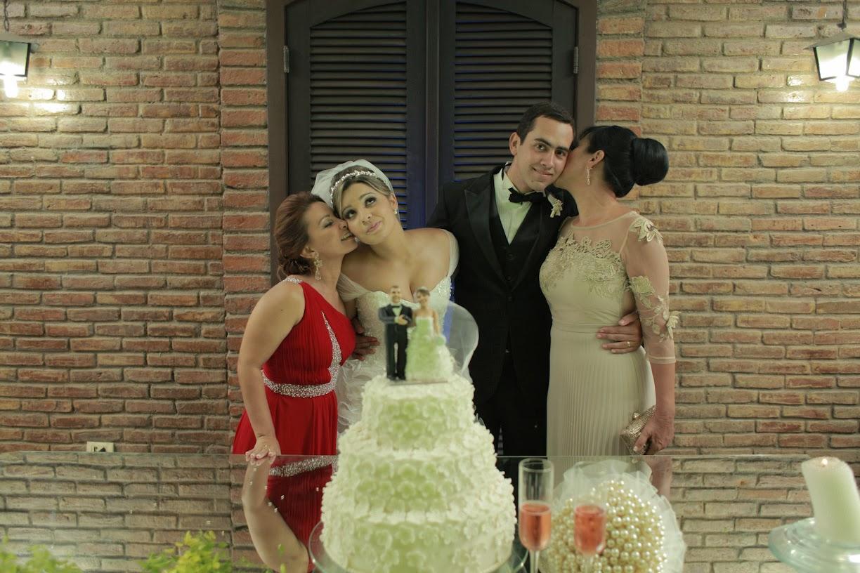 recepcao-noivos-pais-mesa-bolo