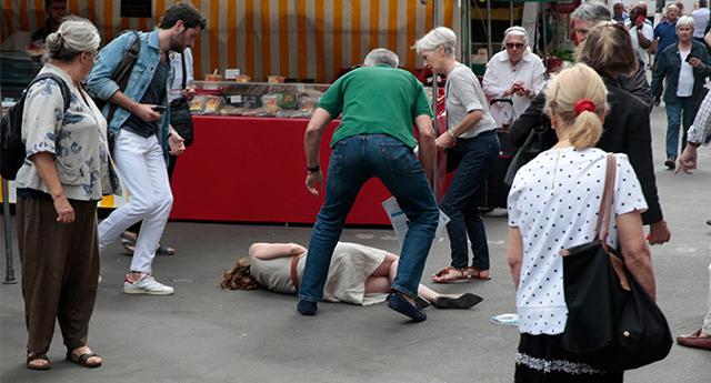 Exministra de Francia cae inconsciente tras ser agredida en una calle de París