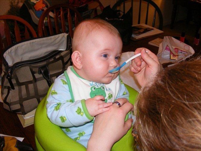 Bayi Disuapi Makanan