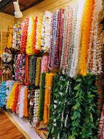 色とりどりの造花で作られた首飾りのレイ