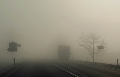 foggy road with truck - Ο Καιρός 8-9/1/18: Aραιή συννεφιά και ομίχλες