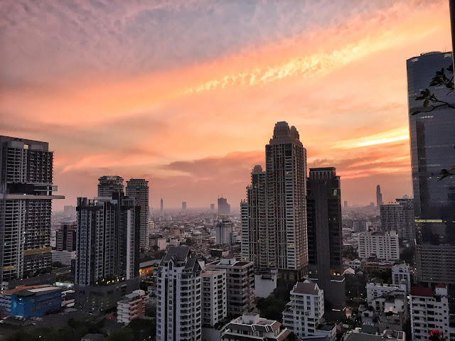 Why should you visit Bangkok? visit thailand, visit bangkok, what to do in bangkok, 10 things to do in bangkok, bangkok temples, kam v bangkoku, ubytovani bangkok, dovolena thajsko, dovolena bangkok, chrámy bangkok, chrámy thajsko, water monitor, jídlo thajsko, restaurace bangkok, bangkok blog, travel blog, betch na cestách, mother trucker bangkok, trhy bangkok, markets bangkok, xugar thailand, The House on Sathorn, mapiful, green bangkok, green lung bangkok, lumphini park, shopping bangkok, nákupy bangkok, nákupy thajsko, artbox bangkok, artbox thailand, ladyboy bangkok, fiona ladyboy bangkok, ladyboy thailand, reclining budha bangkok, ležící budha bangkok, královský palác bangkok, kloeng boats bangkok, lodě po bangkoku, západ slunce bangkok, sunset bangkok, pink sky thailand
