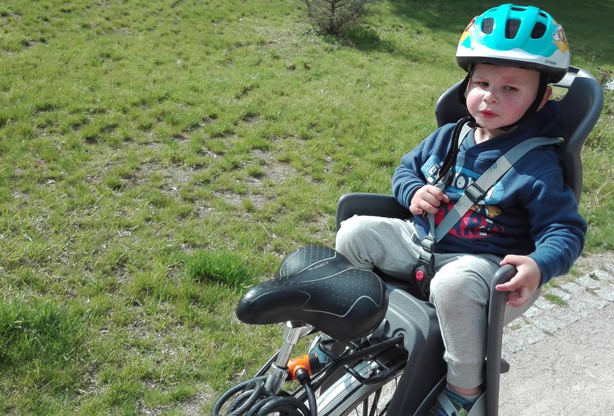 dziecko w foteliku rowerowym