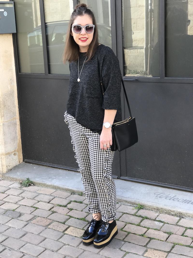pull gris foncé Zara, pantalon vichy a froufrou Zara, chaussure Sammydress,médaille l'atelier d'amaya