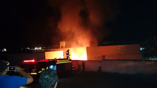 Carros pegam fogo dentro de fórum da cidade de Queimadas