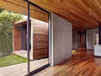 Tavanı, tabanı ve dışı lambri kaplanmış modern konteyner ev
