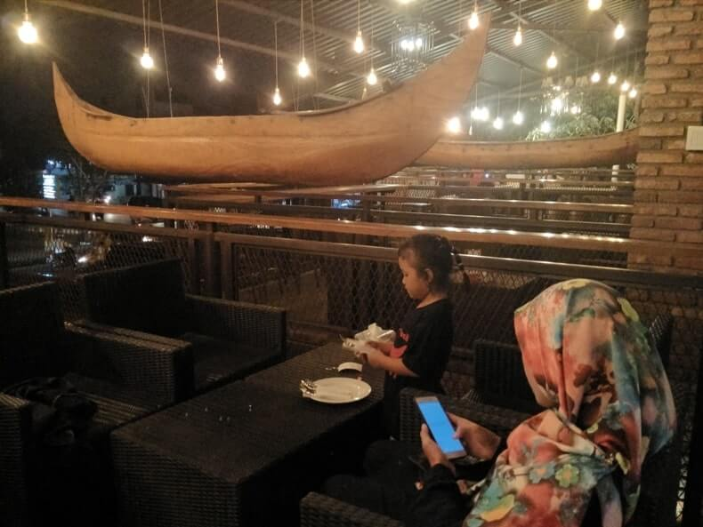 cafe romantis di lampung woodstairs cafe