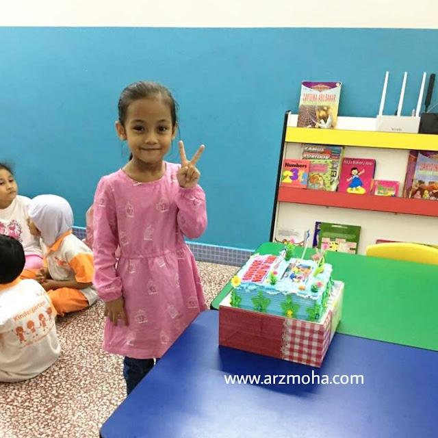 contoh kek hari jadi kanak-kanak, kek baby shark doo doo doo, kek tema baby shark untuk ulangtahun kelahiran kanak-kanak, contoh kek kanak-kanak, sambutan hari jadi di sekolah, cik puteri, anak blogger malaysia, model kanak-kanak,