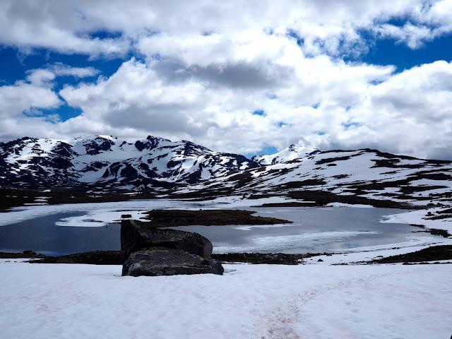 Grisletjønnen, Norsko, sníh, léto, přechod do údolí smrti