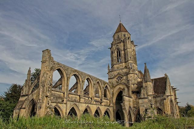 Zarośnięte trawą pamiątki po lądowaniu w Normandii