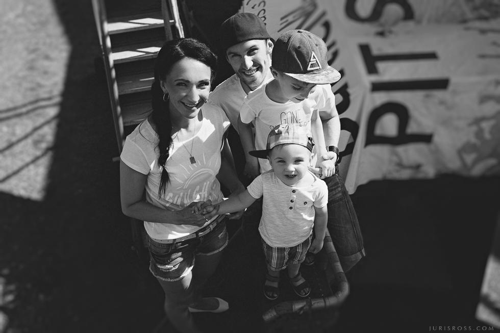 laimīga ģimene fotosesija