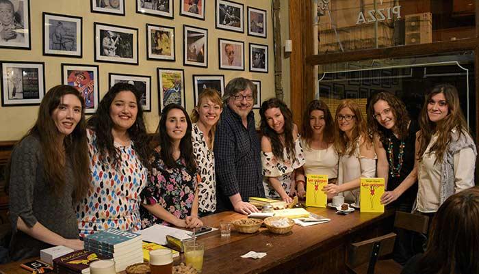Sergio Olguín junto al equipo de editoras de Odelia editora