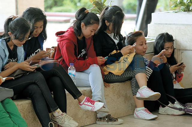 kawan-yang-baik-takkan-sibuk-layan-handphone-bila-berjumpa