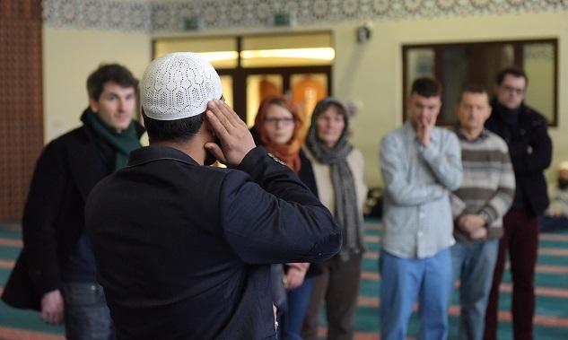 Pintu Masjid Dibuka Lebar Untuk Para Non-Muslim. Tujuannya Sungguh Luar Biasa!