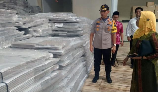 Kapolres didampingi Ketua KPU, mengecek logistik Pemilu