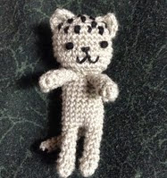 http://translate.google.es/translate?hl=es&sl=en&tl=es&u=http%3A%2F%2Fneocurios.blogspot.com.es%2F2014%2F05%2Fpocket-kitty-doll-free-crochet_11.html