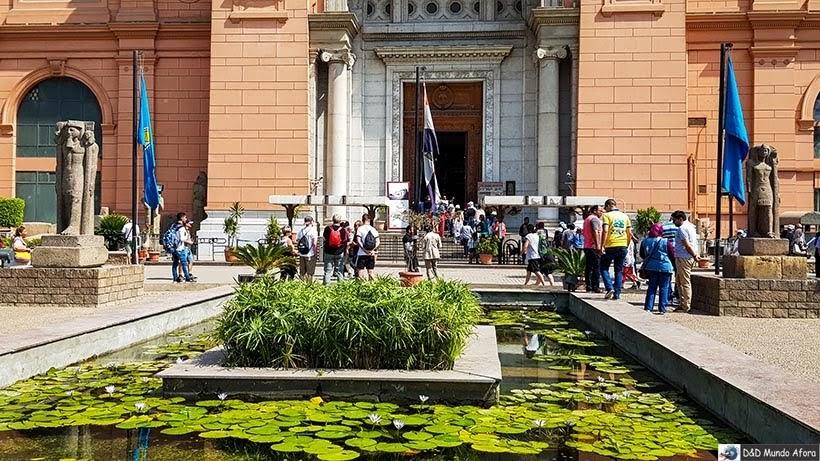 Papiro na fonte em frente ao Museu do Cairo, Egito