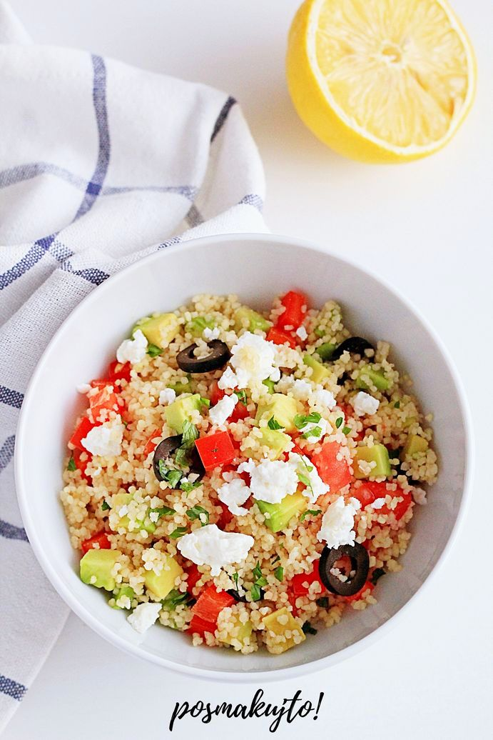 salatka z kuskusem awokado papryka pomidorem oliwkami i feta