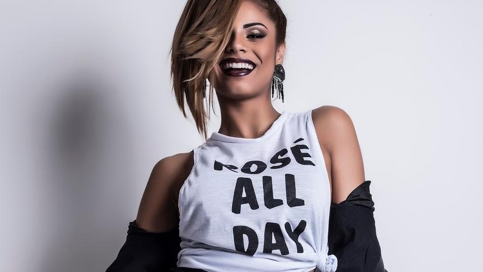 Inspirada pelo reggaeton, que está cada vez mais forte no Brasil, a cantora segue em busca de seu lugar ao sol.