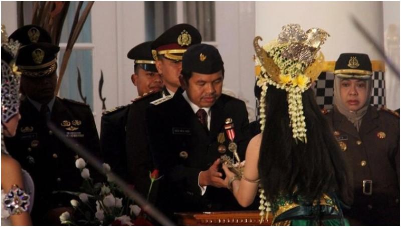 Bupati Purwakarta Dedi Mulyadi menerima bendera Merah Putih dari sosok Nyi Ratu Kidul
