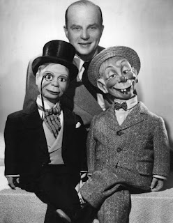https://upload.wikimedia.org/wikipedia/commons/b/b2/Edgar_Bergen_with_Charlie_McCarthy_and_Mortimer_Snerd_1949.JPG