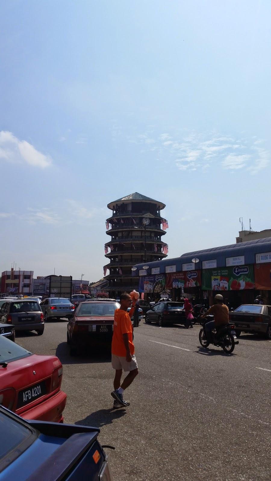 Menara Condong di kejauhan