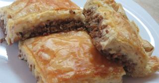 Πεντανόστιμη κρεατόπιτα με πλούσια γέμιση από μπεσαμελ και μπέικον