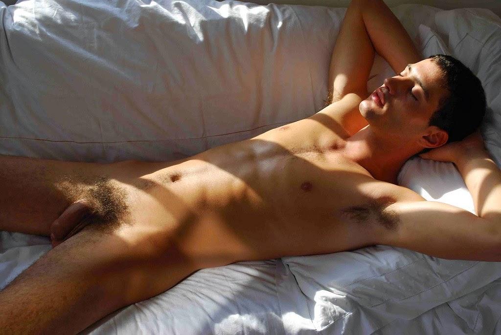 парни голые спят видео сидели бара весело