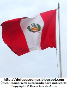 Foto de una bandera flameando (Bandera del Perú). Foto de la bandera tomada por Jesus Gómez