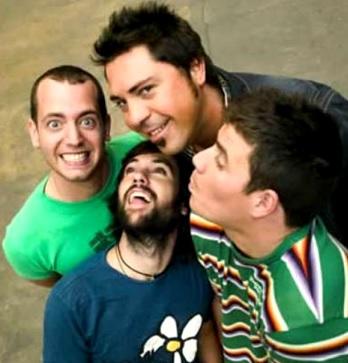 Foto de integrantes del Grupo El Canto del Loco con gestos graciosos