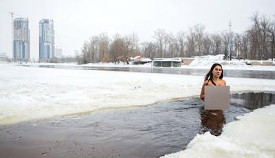 Inna Vladimirskaya berenang di danau es