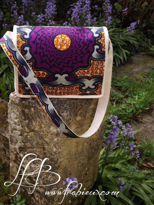 Un sac customisé de tissu wax africain, sans couture