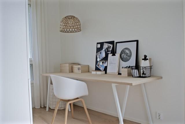 työhuone, valkoinen sisustus, zicos, house doctor, vanerilaatikko, vaneripöytä, bestå, tietokonepöytä