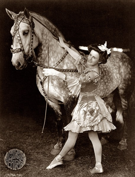 All The Girls Standing In The Line For The Bathroom: Vintage Photos Of Circus Performers From 1890s-1910s