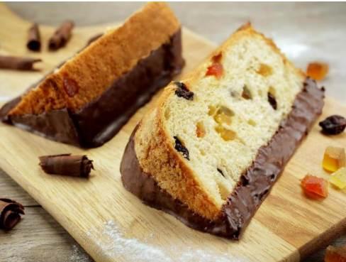 Fatia de panetone e chocotone com cobertura de chocolate