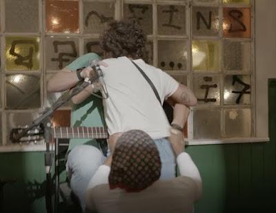 Fã invade palco e beija Ryan — Foto: TV Globo
