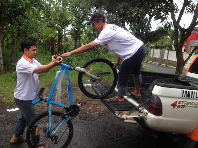 Sepeda Pelajar Dhuafa diturunkan dari Mobil Rescue Lazismu Jember