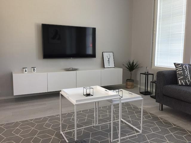 Ikea bestå kiinnittäminen seinään, Ikea bestå tv taso, bestå, Desenio, Design letters, seinään kiinnitettävä tv taso, johdoton olohuone