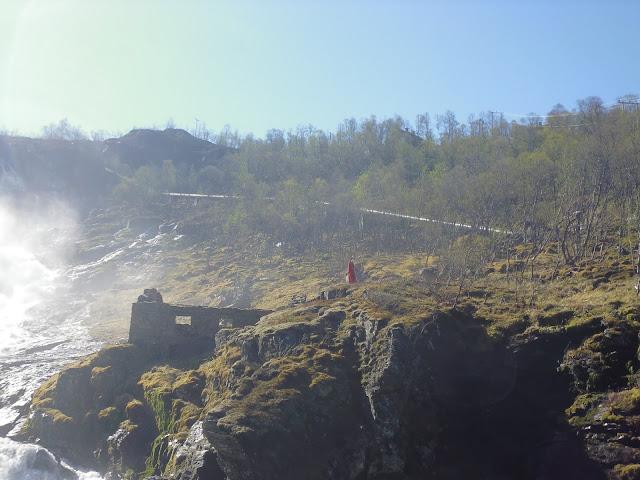 Espectáculo de las ninfas en la cascada Kjosfossen (@mibaulviajero)