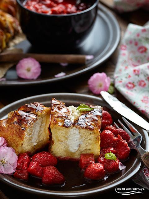 francuskie tosty z serem, francuskie tosty z owocami, francuskie tosty nadziane serem, nadziewane tosty francuskie, sos z rabarbaru, sos z truskawek, owocowy sos, sos z owoców, pomysł na śniadanie, pomysł na deser, deser z owocami, deser z chałki, chałka z owocami, kraina miodem płynąca