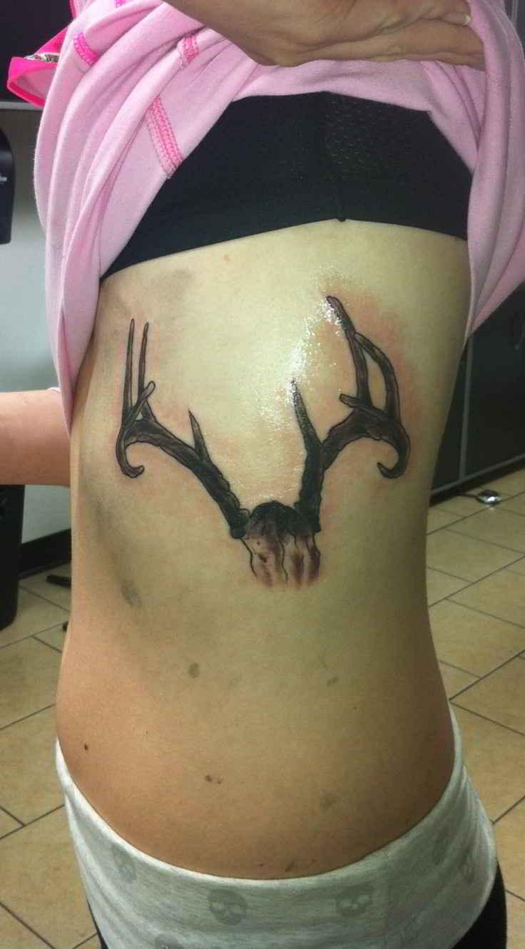 Tatuaje de calavera de ciervo en las costillas