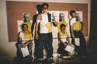 """H ιστορία του Β. Μ. - ενός ανθρώπου με κίτρινη μπλούζα"", σε σκηνοθεσία Ελεάνας Τσίχλη."