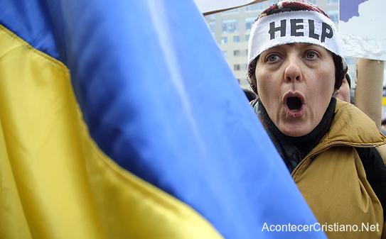 Mujer pide ayuda ante violencia en Ucrania