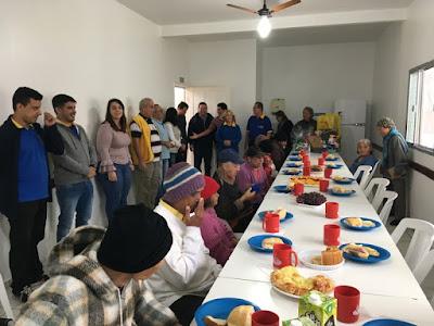 Rotarianos distribuem carinho e atenção a idosos no último domingo (05/08)