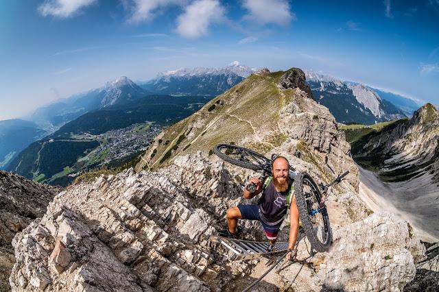 Leiter im Klettersteig Mountainbike MTB Fotoshooting