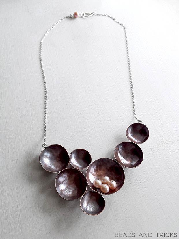 Collana con coppette in rame, argento e perle