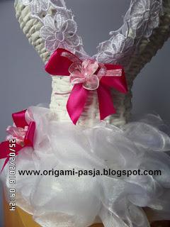 Sukienko-kosz na wino dla Państwa Młodych - wiklina papierowa.