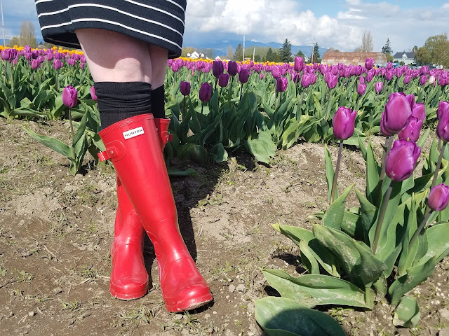 Red Hunter boots outfit ideas