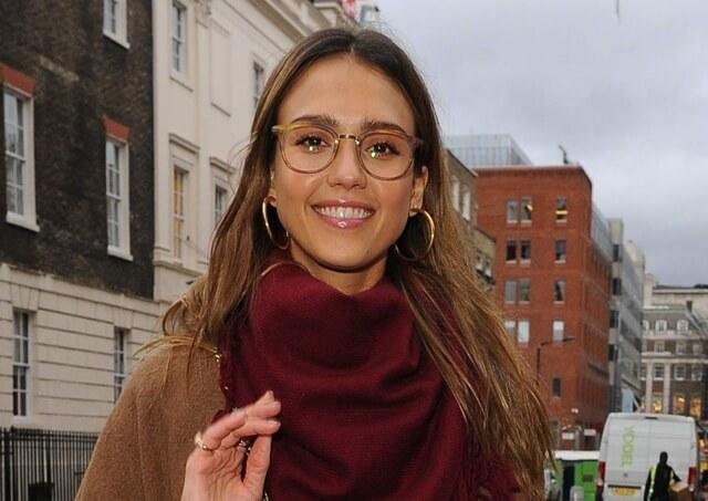 2017-02-22 ロンドンの街でメガネ姿のジェシカ・アルバ(Jessica Alba)をキャッチ。
