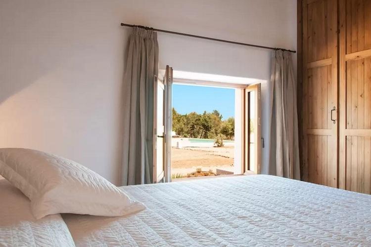 casa vacaciones Ibiza piscina luz roja y chill out